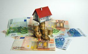 DEN HAAG - ILLUSTRATIE Hypotheek, huis met geld. ANP XTRA LEX VAN LIESHOUT